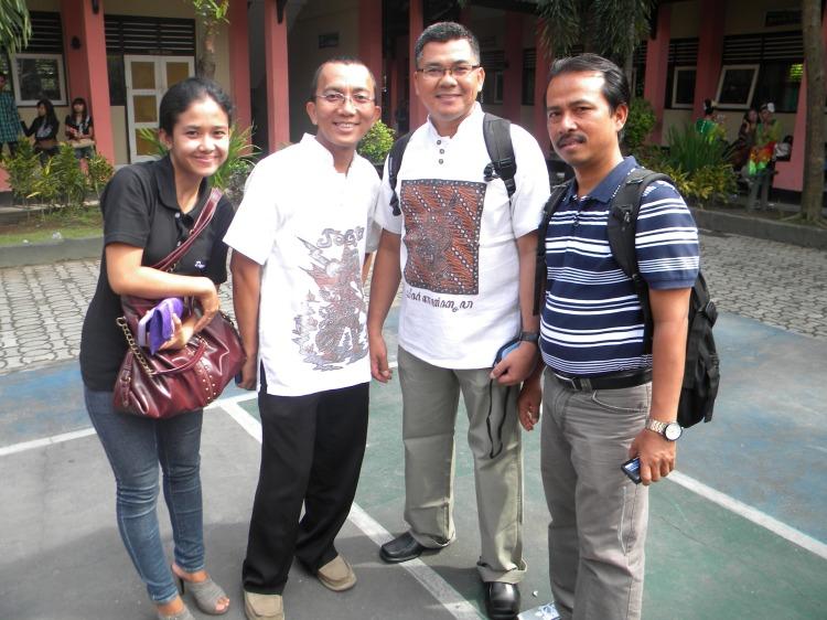 Pembimbing Tari dari Kontingen Pekanbaru (cewek kiri), Kontingen DKI Jakarta, Bangka Belitung dan Kepri heheheh
