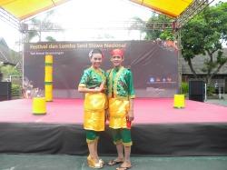 Penari yang meraih Medali emas di ajang nasional Cecek (panggilan manis dani) dan Ungek berfoto jelang tampil