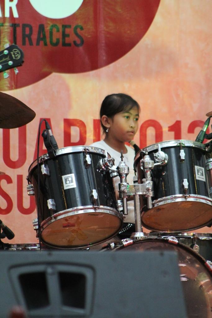 Kepiawaian penabuh drum ini luar biasa, lanjutken dek, semoga kelak kamu menjadi menjadi musisi berkelas....