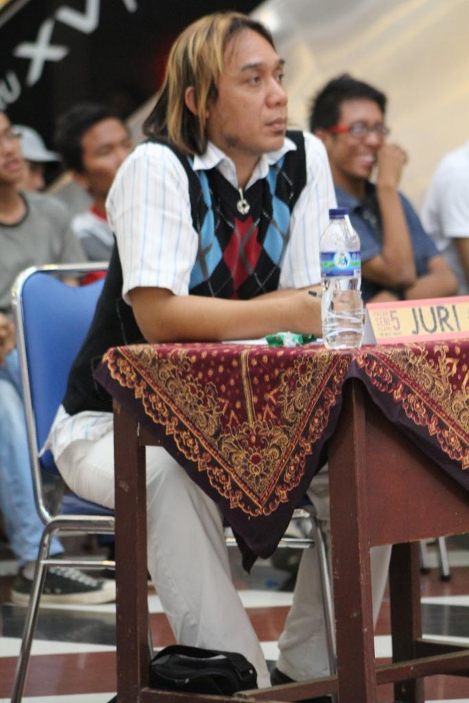 Bang rangga dari Bandung juri festival band... ketika sesi kometar dewan juri kepada peserta finalis, terasa ia memang katam dengan dunia tarik suara....makaseh bang rangga.