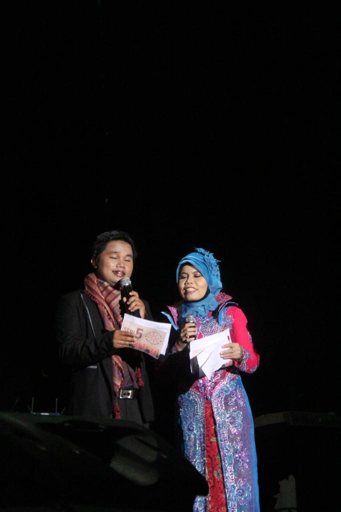 pembawa acara pada malam puncak PSP 5 YAITU.. pak badri dan bu Mila... mantab, makaseh ye pak dan ibu....