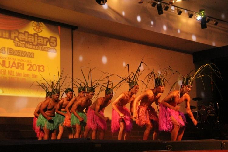 Penampilan tari Nusantara yang dibawakan oleh siswa SMA N 4 Batam