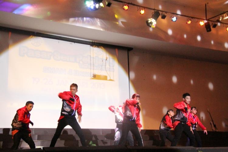 Penampilan modern dance dari peserta yang meraih juara 1 se provinsi kepri