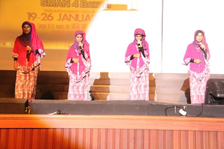 Penampilan nasyd dari siswi SMA N 4 Batam pada malam puncak PSP 5