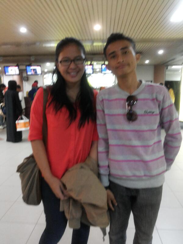 Sesaat sebelum naik pesawat, Hang Nadim menjadi saksi kalau sintia lagi.... ama nih anak keh keh keh..ada2 aja anak muda......