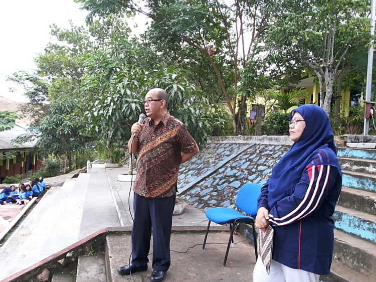 Dialog terbuka ini  dipandu oleh Ibu Desiyanti, M.Pd