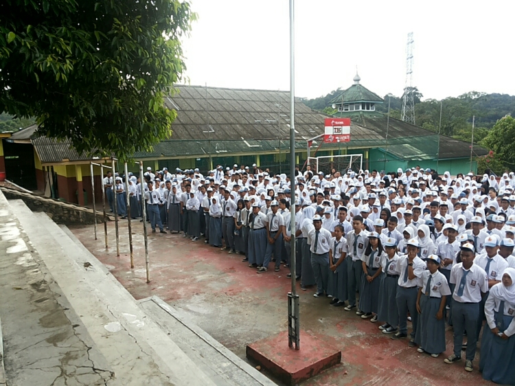 Ribuan siswa itu mengikuti dengan seksama