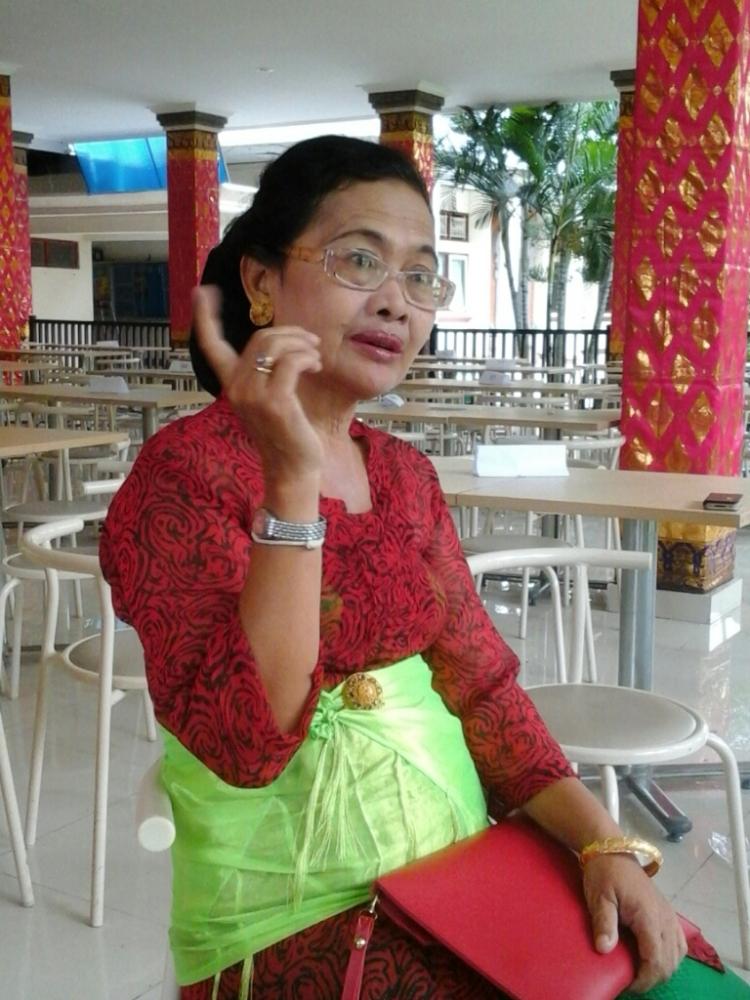 Satu-satunya guru yang menemui rombongan besar kami di SMA Negeri 4 Denpasar....