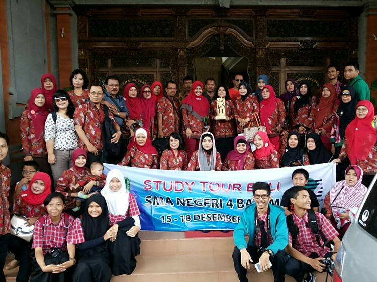 Sebelum meninggalkan SMA Negeri 4 Denpasar, sejenak kami sesi photo didepan kantor majelis guru