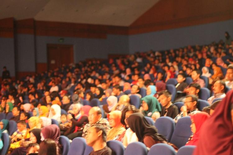 penonton yang padati gedung pertunjukan
