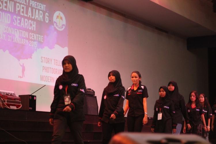 Para panitia PSP 6 memasuki panggung di awal acara